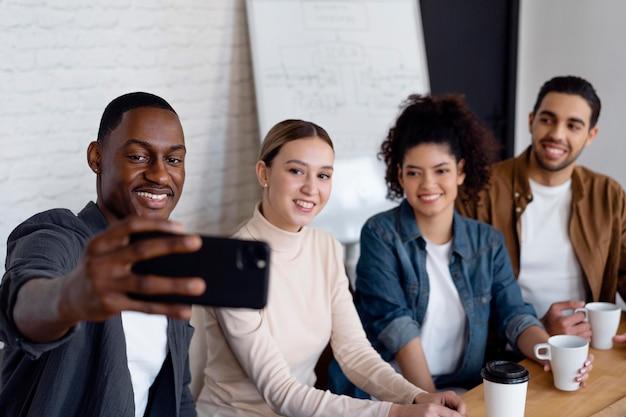 Mittlere schussgeschäftsleute, die selfie nehmen