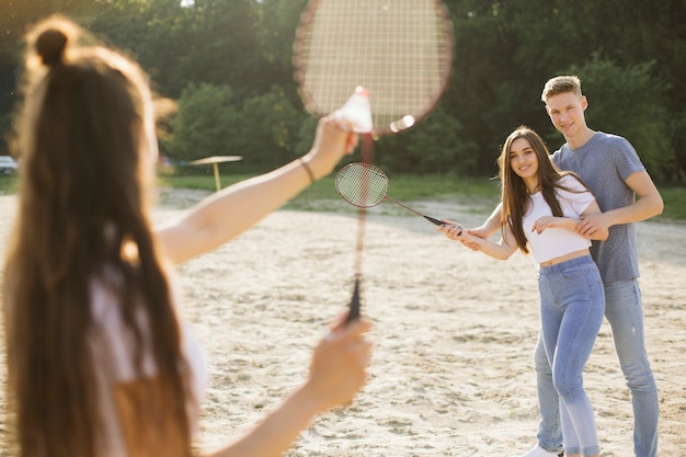 Mittlere schussgruppe freunde, die badminton spielen