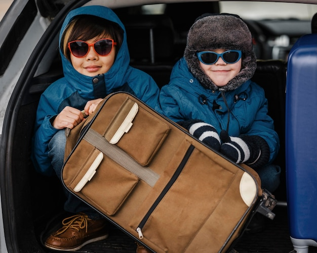 Mittlere schusskinder, die sonnenbrille tragen
