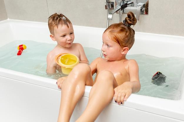 Mittlere schusskinder in der badewanne
