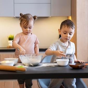 Mittlere schusskinder in der küche
