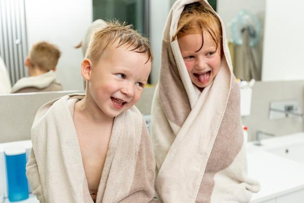 Mittlere schusskleinkinder im badezimmer