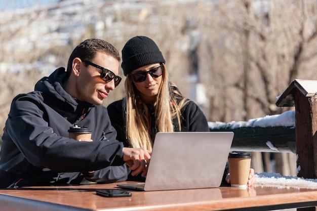 Mittlere schussleute, die am laptop arbeiten