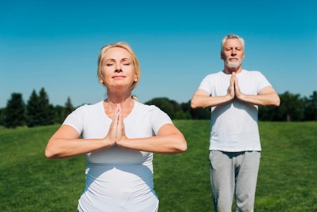 Mittlere schussleute, die draußen meditieren