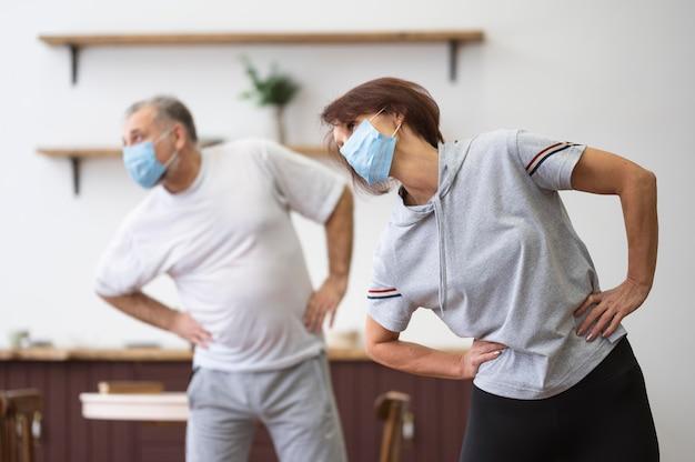 Mittlere schussleute, die mit maske trainieren