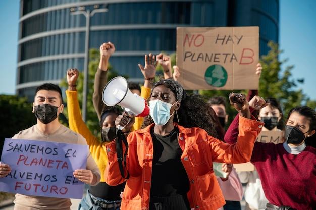 Mittlere schussleute, die mit masken protestieren