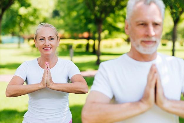Mittlere schussleute, die zusammen meditieren