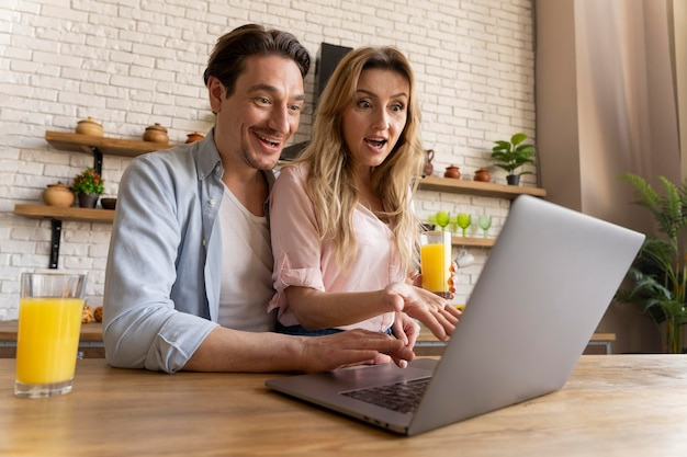 Mittlere schussleute mit laptop am tisch