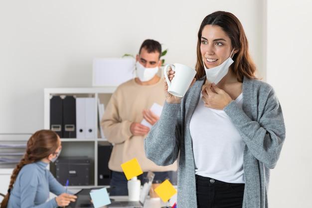 Mittlere schussleute mit maske