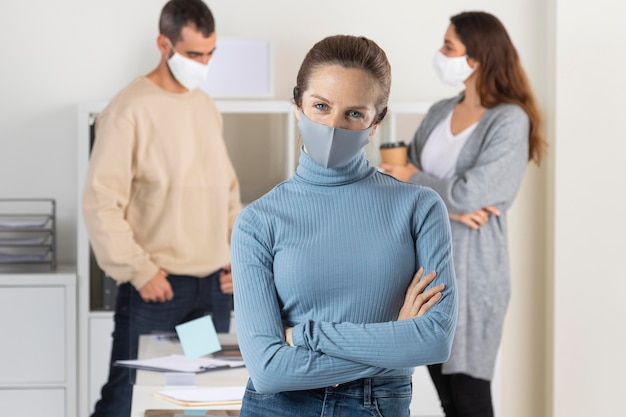 Mittlere schussleute mit medizinischer maske