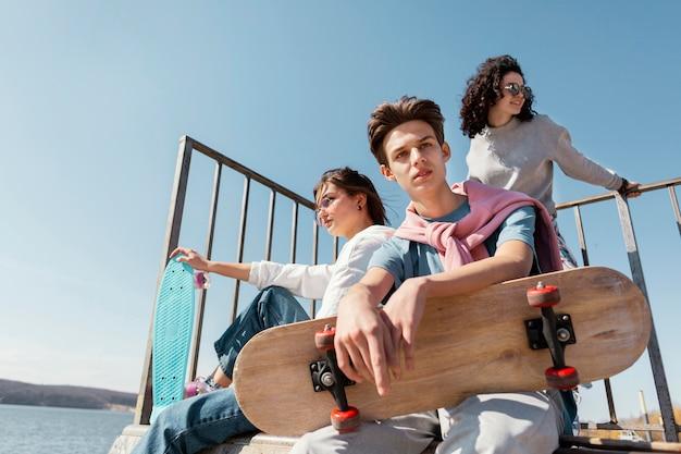 Mittlere schussleute mit skateboard