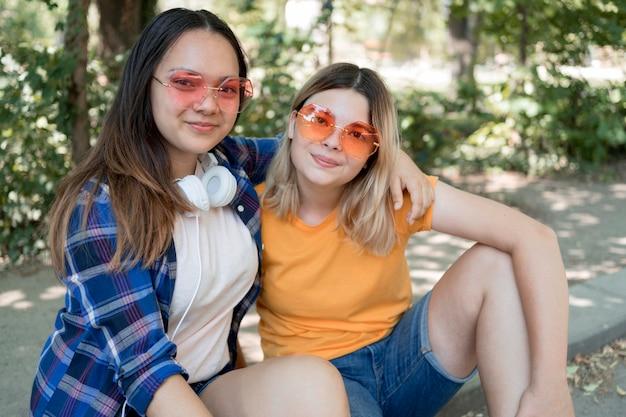 Mittlere schussmädchen, die kühle brille tragen