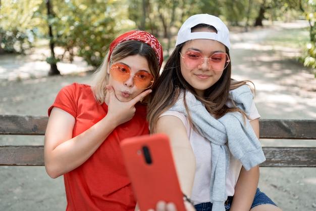 Mittlere schussmädchen, die selfie nehmen