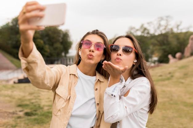 Mittlere schussmädchen, die selfies nehmen