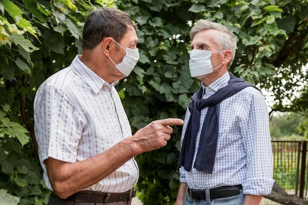 Mittlere schussmänner, die masken tragen