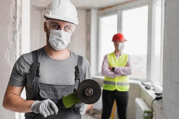 Mittlere schussmänner mit ausrüstung und werkzeugen