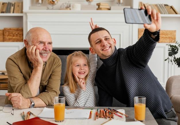 Mittlere schussmänner und -mädchen, die selfie nehmen