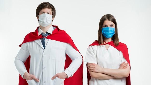 Mittlere schusspersonen mit umhängen und masken