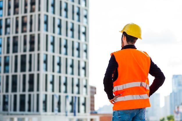 Mittlere zurückgeschossene ansicht des architekten bau überwachend