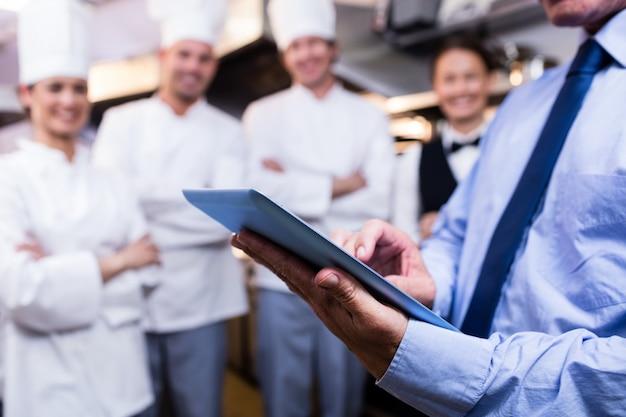 Mittlerer abschnitt des managers, der digitale tablette verwendet