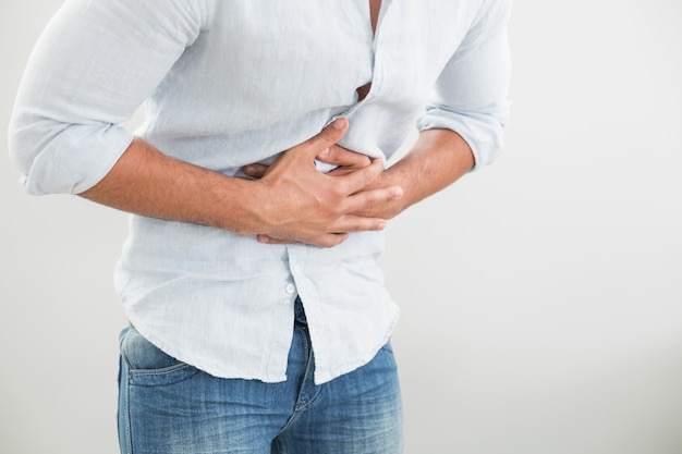 Mittlerer abschnitt des mannes leiden unter magenschmerzen