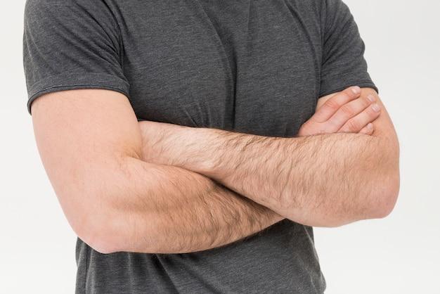 Mittlerer abschnitt des mannes mit dem arm gekreuzt