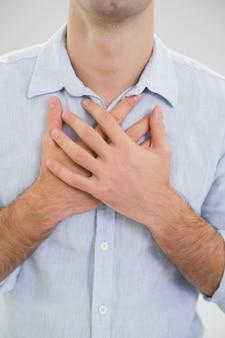 Mittlerer abschnitt eines mannes mit schmerz in der brust