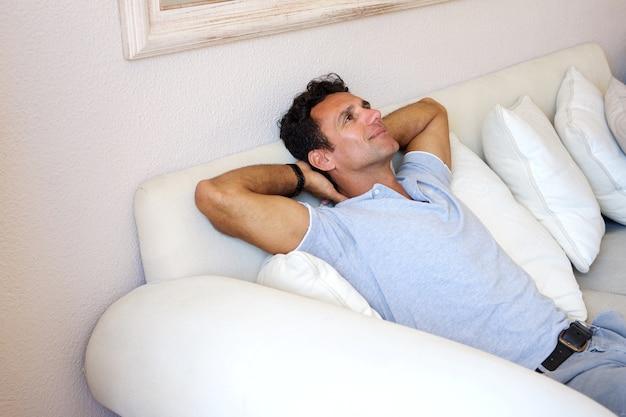 Mittlerer gealterter mann, der sich zu hause entspannt