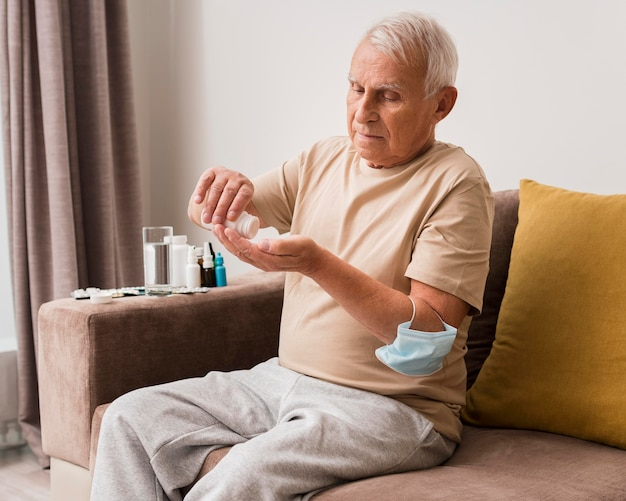 Mittlerer schuss alter mann, der pillen nimmt