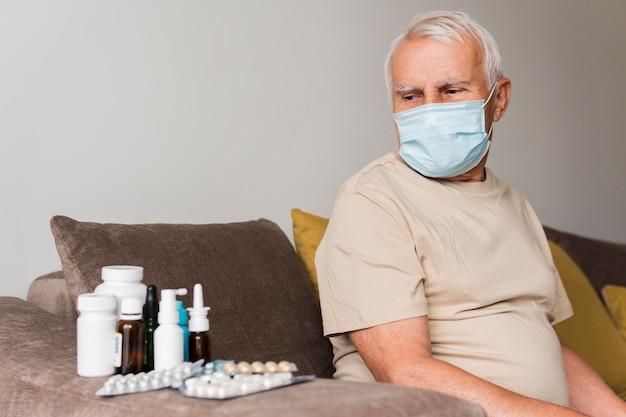 Mittlerer schuss alter mann mit medizin