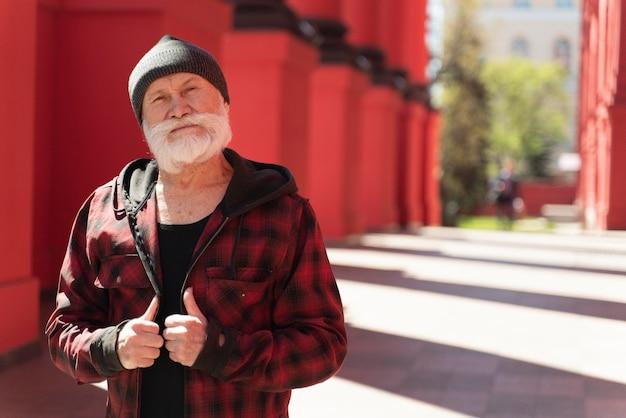 Mittlerer schuss alter mann posiert im freien