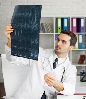 Mittlerer schuss arzt prüft radiographie