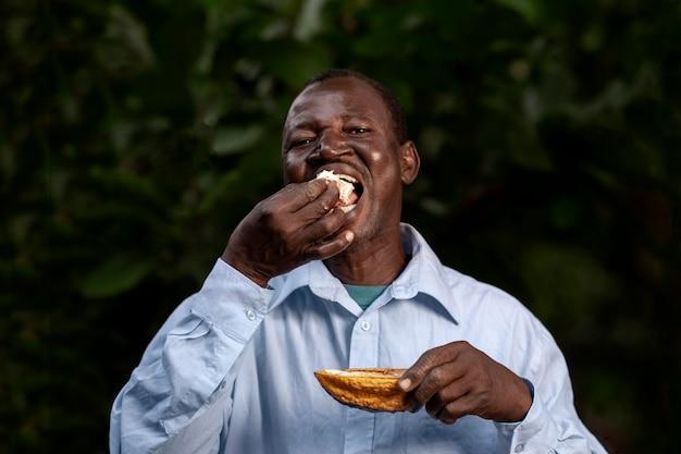 Mittlerer schuss bauer beim essen