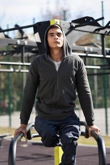 Mittlerer schuss behinderter mann, der sport treibt
