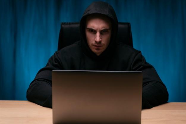 Mittlerer schuss besorgter programmierer mit laptop
