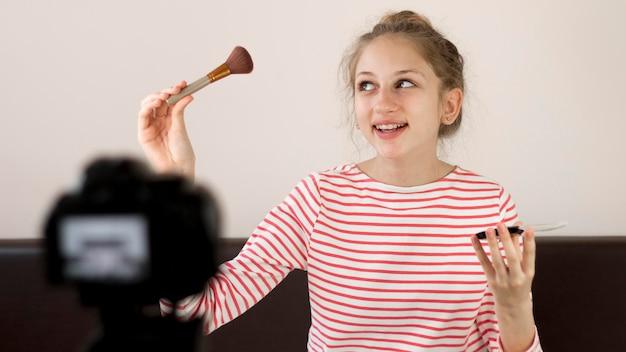 Mittlerer schuss blogger mit make-up