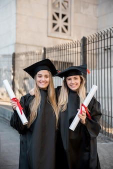 Mittlerer schuss collegeabsolventlächeln