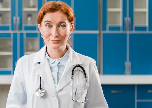 Mittlerer schuss der ärztin mit stethoskop