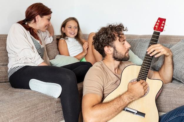 Mittlerer schuss der familie zusammen entspannend