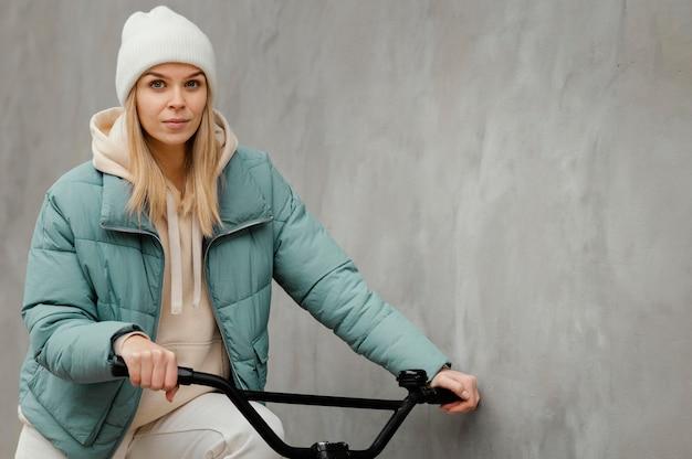 Mittlerer schuss der frau auf dem fahrrad