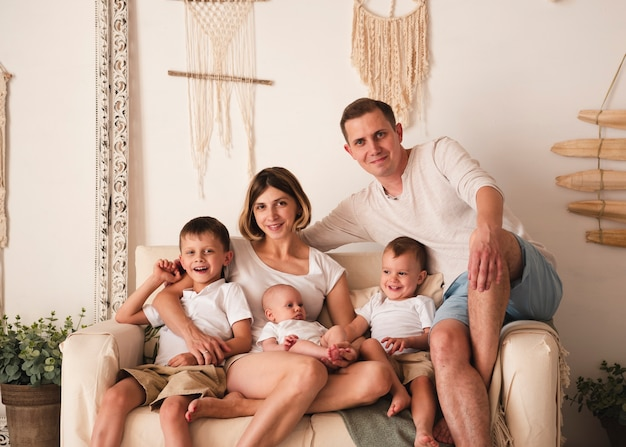 Mittlerer schuss der glücklichen familie zuhause