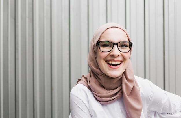 Mittlerer schuss der lächelnden frau