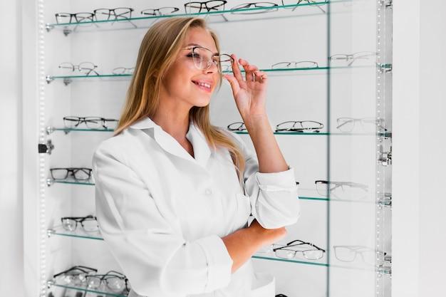 Mittlerer schuss der tragenden brille der frau