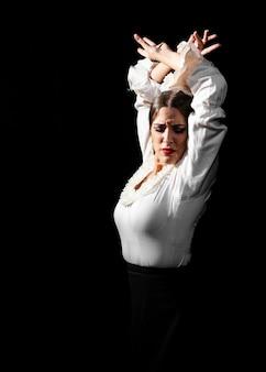 Mittlerer schuss des flamencatanzens mit den händen in der luft