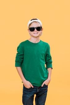 Mittlerer schuss des jungen mit sonnenbrille und kopienraum