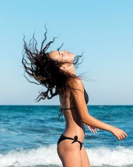 Mittlerer schuss des mädchens am strand