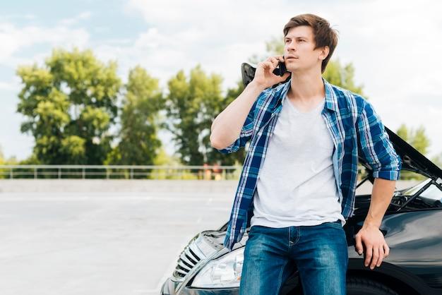 Mittlerer schuss des mannes sprechend am telefon