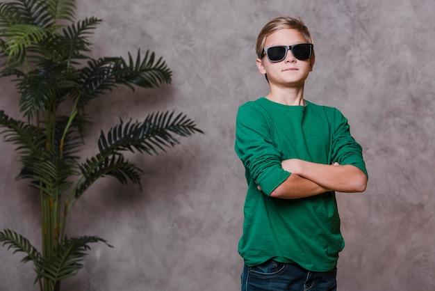 Mittlerer schuss des modernen jungen mit sonnenbrille