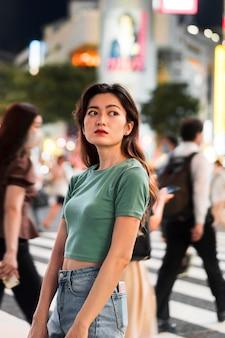 Mittlerer schuss des niedlichen mädchens in tokio