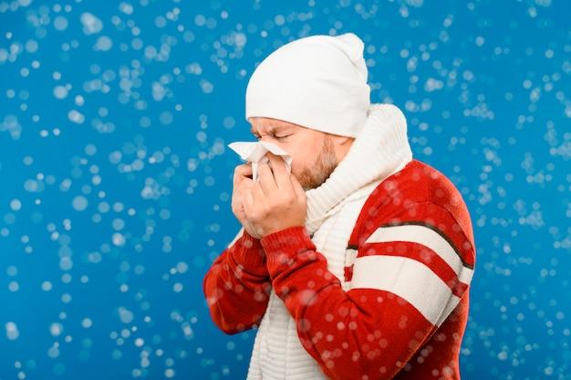 Mittlerer schuss des niesenden wintermodells